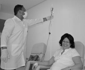 Paciente realizando procedimento de Quimioterapia.